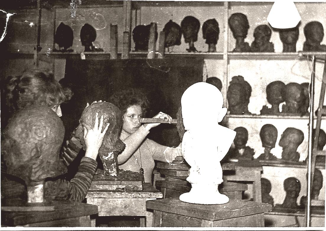 студентка 1979_Я справа_урок по скульптуре